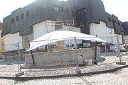 Kašny v centru krajského města se dočkaly renovace. Odborná firma je zbavuje zubu času.