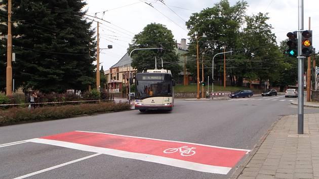 V Jiráskově ulici v Jihlavě se na křižovatkách nově objevily takzvané předsunuté stopčáry. Měly by pomoci cyklistům, kteří se pohybují na vozovce spolu s automobily.