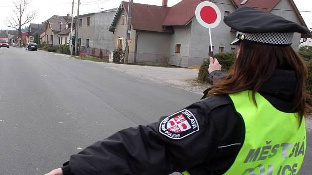 Městští strážníci kontrolují řidiče v Pávově.