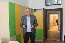 Ředitel Luboš Janovský provedl zájemce celou budovou od podkroví až po sklep, kde se nachází čertovna.