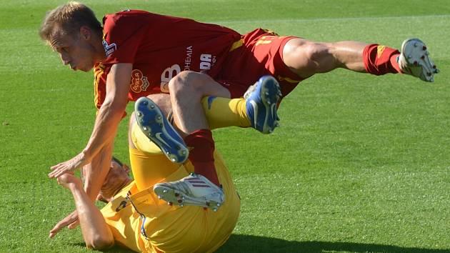 Fotbalisté Vysočiny a Dukly si nedali ve vzájemném duelu nic zadarmo, i když se nakonec o body podělili. Takto si například naskočil Tomáš Berger (v červeném) na Marka Jungra.