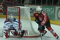 Hokejisté Žďáru nad Sázavou (v červeném dresu Martin Sobotka) zřejmě zakotví příští rok v přeboru Pardubického kraje.