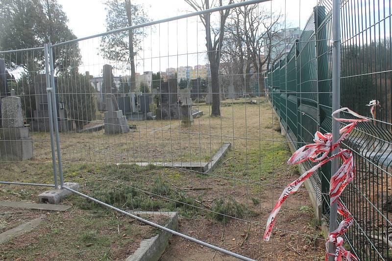 Sanace svahu hrobová místa prý neohrozí.