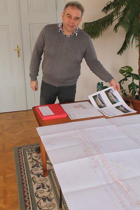 Starosta Radek Žák nad plány nové zástavby v Kněžicích.