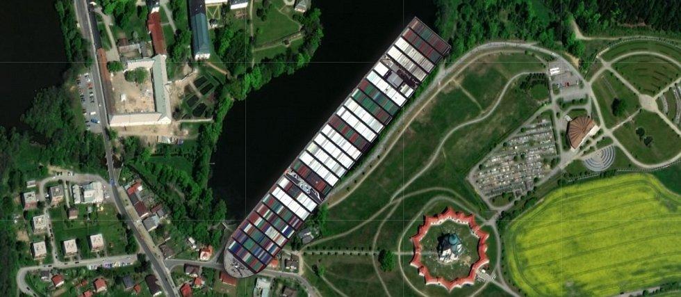 Kontejnerovou loď Ever Given, která téměř týden blokovala Suezský průplav, se podařilo uvolnit. Jak by to vypadalo, kdyby se zasekla na rybníce u Zelené hory ve Žďáře nad Sázavou.