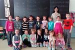 Na fotografii jsou žáci 1.A třídy Základní školy v Dobroníně. Jejich třídní učitelkou je Ilona Rutschová.