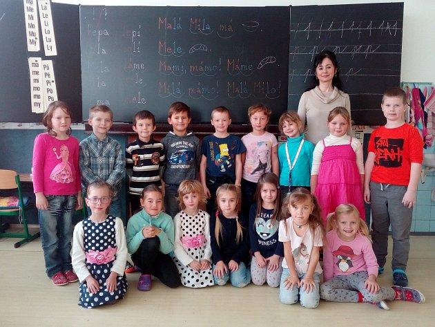 Na fotografii jsou žáci 1.Atřídy Základní školy vDobroníně. Jejich třídní učitelkou je Ilona Rutschová.