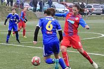 Jihlavské fotbalistky (v modrém) budou mít soustředění a naplánované jsou i přípravné zápasy.