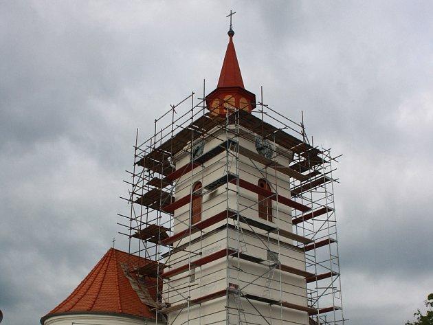 Oprava fasády pavlovského kostela je v plném proudu. Foto: