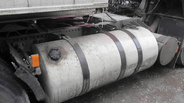 Jedna z nádrží, odkud zloději naftu odčerpali.