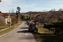 Chybějící chodník podél cesty do školy je v Lukách dlouhodobým tématem.