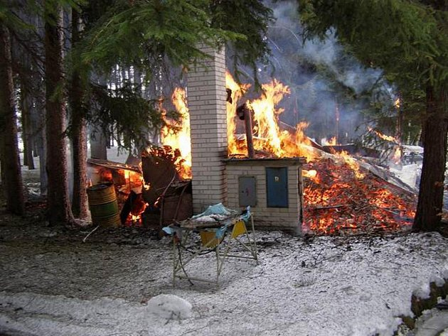 U Černého rybníka zasahovaly tři hasičské jednotky, které hasily hořící chatu několika proudy vody.