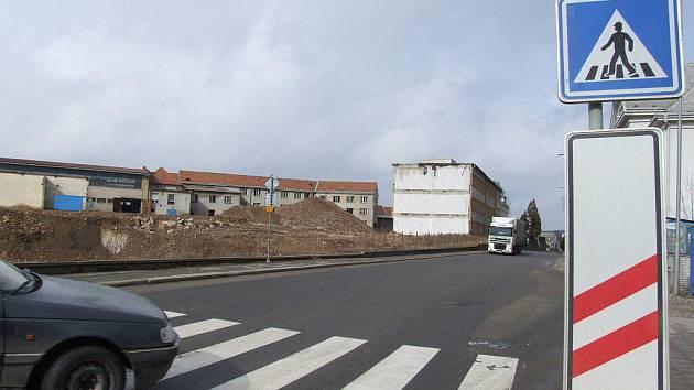 Staveniště na místě někdejší nábytkářské továrny Jospo je připraveno více než rok. Budovy najdou po rekonstrukci využití.
