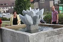 Naproti ždíreckému domovu seniorů vzniklo odpočinkové místo se sochařskými výtvory Radomíra Dvořáka a kameníka Milana Krpálka. Ve směru od Jihlavy zaujme především kašna s mramorovým leknínem.
