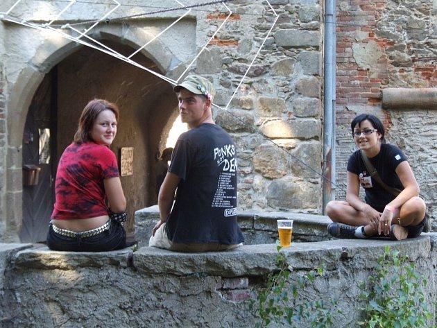Vnitřní kamenné průčelí zámku v uzavřeném  nádvoří lákalo k menšímu osvěžení.