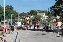 Železniční přejezd v Batelově, který je blíže směrem k místní části Bezděčín, je v obležení dělníků. Opravuje se. Ten druhý, blíže k nádražní budově, bude zavřený.