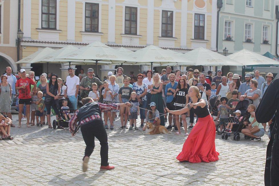 Diváky na náměstí zaujalo mimo jiné i šermířské představení.