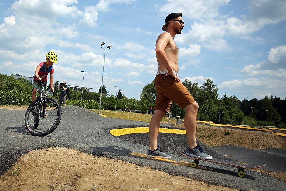 Jihlavská dráha pro kolečka v pohybu se otevřela. Na své si přijdou příznivci koloběžek, freestyle kol i skateboardů. Unikátní hřiště přilákalo na otevření desítky  malých i velkých neohrožených jezdců.
