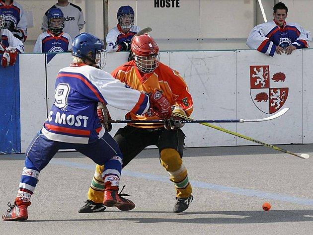 Jihlava – Suverén hokejbalové extraligy starších dorostenců dnes vstoupí do play-off.