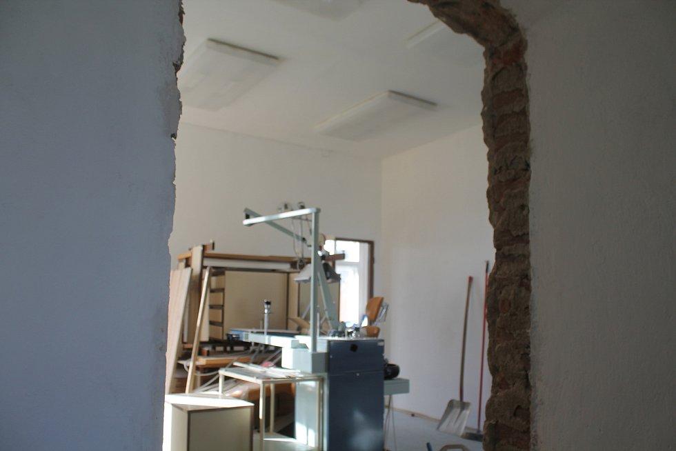 Bývalá ordinace zubaře se mění v kancelář kronikářky a archiv.