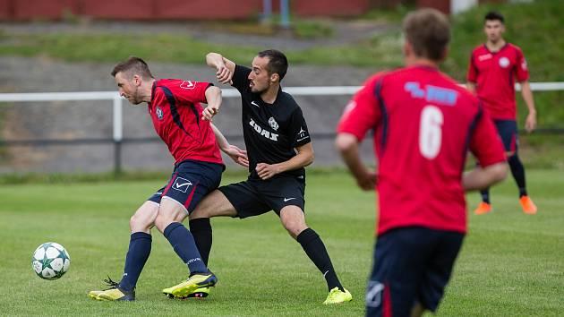 Fotbalisté Slavoje Polná (v červeném) brzy dostanou volno. Znovu se sejdou na začátku července.