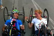 V cíli. Kateřina Antošová spolu s Patrikem Jahodou v cíli závodu na světovém poháru v Itálii.