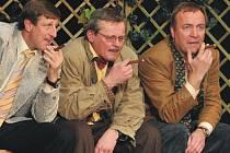 V inscenaci Příbuzné si nevybíráme hrají samí známí herci. Na snímku jsou tři bratři – Fredy, David a Yvan v podání herců Václava Vydry, Svatopluka Skopala a Martina Zahálky.
