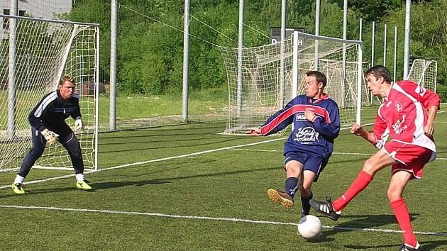 Klasici se zvedli. Prestižní souboj mezi Klasiky (uprostřed Lubomír Slavík) a Kulovým Bleskem (vlevo Alexander Kovář) patřil prvně jmenovaným, pro které byla výhra 3:1 první v sezoně.