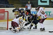 Jihlavští hokejisté (v bílém) porazili Šumperk 5:0.