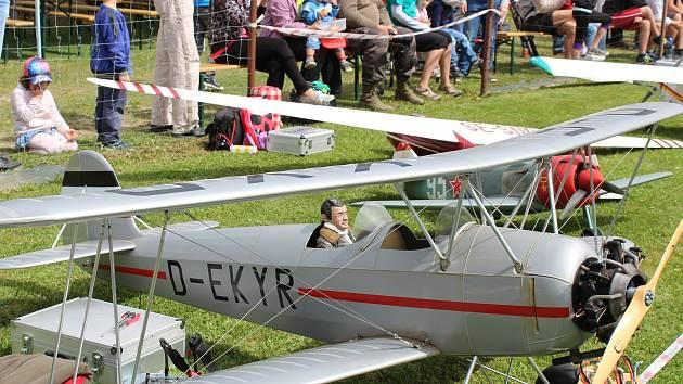 Modely letadel brázdily nebe u Jiřic.