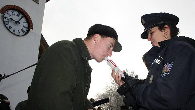 Zkušené policistky v sobotu ve Stříbrném Dvoře kontrolovaly zbraně všech sedmdesáti myslivců, kteří se sobotního honu zúčastnili.