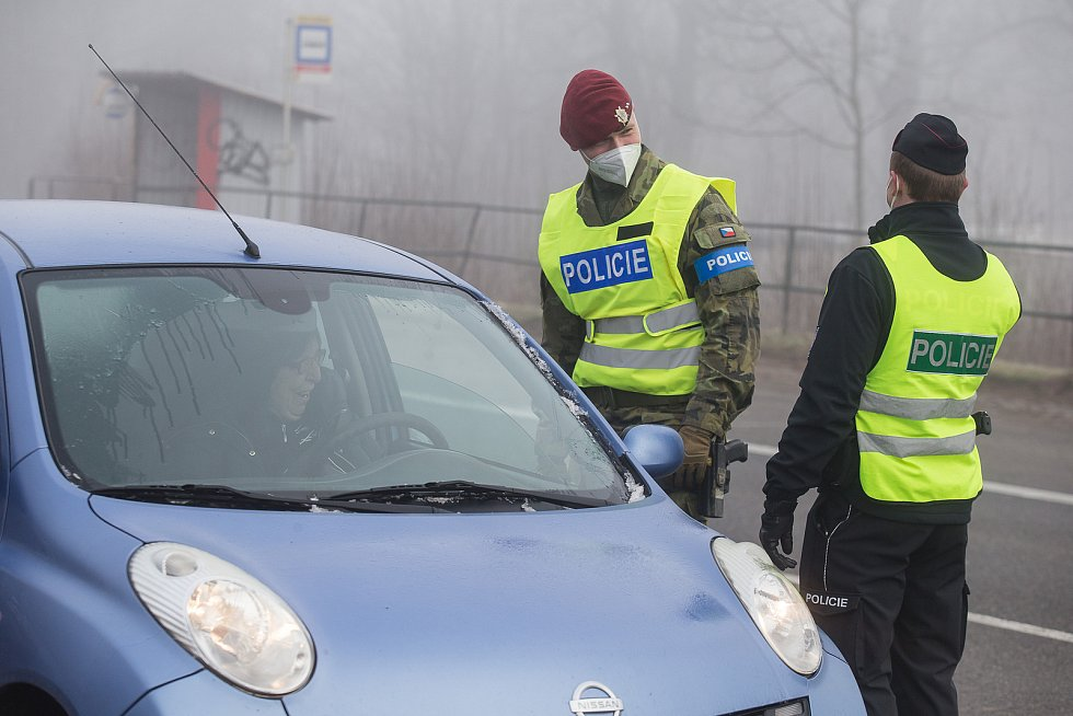 Policisté a vojáci kontrolovali na silnici I/38 u Zvonějova mezi Jihlavou a Havlíčkovým Brodem dodržování nových protiepidemických opatření omezujících volný pohyb mezi okresy.