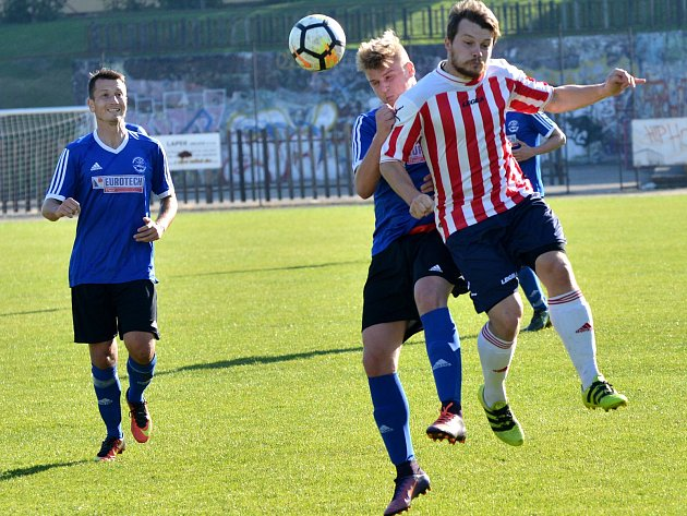 Fotbalisté Bedřichova (v pruhovaném) doma porazili Třešť (v modrém) 3:1.