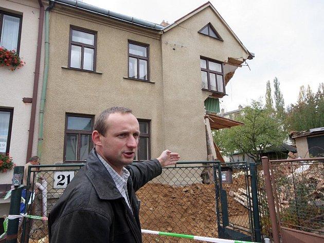 Demolice poškozeného domku není nutná, míní statik Milan Mátl (na snímku).  Díky tomu, že sutiny spadly pouze na zahradu náležící k domu, nevznikla škoda ani na okolních stavbách.  Vše tedy dopadlo relativně dobře.