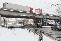 Špatný stav. Most přes ulici Romana Havelky chtěli správci státních silnic a dálnic opravovat už v roce 2000, práce však skutečně začnou o sedmnáct let později.