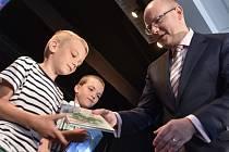 Knížka. Předseda vlády Bohuslav Sobotka včera zahájil nový školní rok s prvňáčky na Základní škole Demlova v Jihlavě. Do první třídy zde letos nastoupí devadesát nových školáků. Děti dostaly Bezpečný kufřík a knihu.