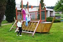 Po poledni si včera děti ze školní družiny v Krahulčí vyběhlyna zahradu mateřské školky trochu protáhnout těla na tělocvičnou konstrukci v podobě lodi.