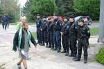 Policisté byli u stadionu ve velkém počtu, městští strážníci byli i na stadionu.