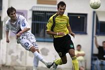 Fotbalisté Třeště (celí v bílém) vedli v Přibyslavicích 2:0, ale domů nakonec přivezli bod.