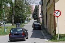 Řidiči jezdí v blízkosti základní školy větší rychlostí, než dovoluje dopravní značka.