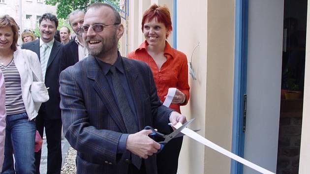 Předseda Rady sdružení VOR Martin Šťastný přestřihává pásku a otevírá tak Centrum denní pomoci pro duševně nemocné v Jihlavě.