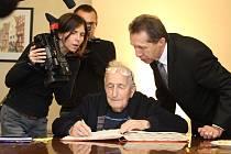 Jihlavský rodák Dov Strauss i po letech strávených v zahraničí stále hovoří plynně česky. Při psaní zdravice do pamětní knihy měl trochu problémy s pravopisem.