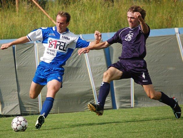 Janovice postupují! Výhra 4:1 v Pacově posílá Janovice (vlevo Marek Zamazal v souboji s Tomášem Vejsadou) zpět do nejvyšší krajské soutěže.