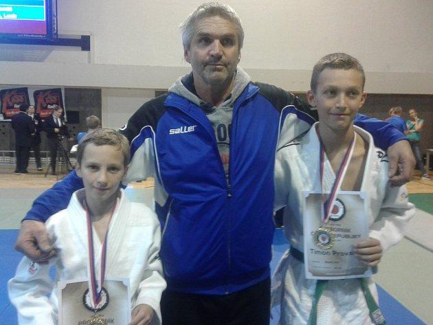 Adam Rychnovský (vlevo) a Simon Provazník (vpravo) jsou ve svých kategoriích nejlepší v republice, za což byli od svého trenéra Jaroslava Wasserbauera pochváleni.