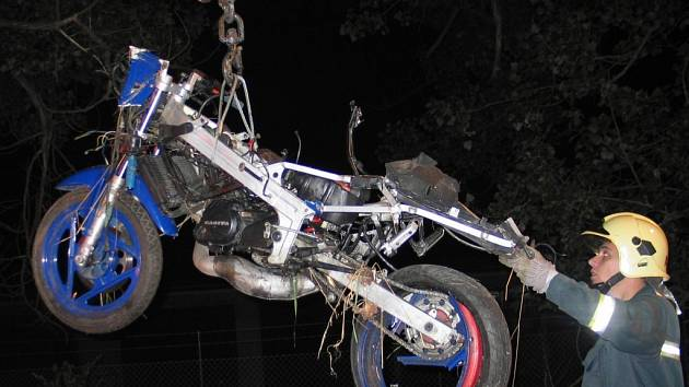 Bez dokladů zemřel mladý motorkář u Bystřice nad Pernštejnem. Stroj neměl registrační značku. Zjistit jméno mladíka se podařilo vyšetřovatelům až po odvysílání rozhlasové relace. Zničenou motorku pomáhali na odtahový vůz naložit bystřičtí hasiči.
