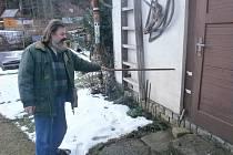 Vladimír Mareček ukazuje, kam sahala voda při povodních v roce 2002 a 2006.