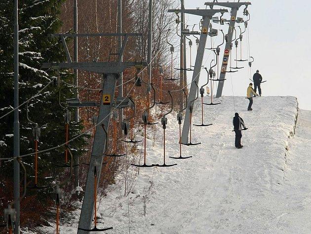 Na zimní radovánky si budou muset lyžaři ještě nějakou dobu počkat.