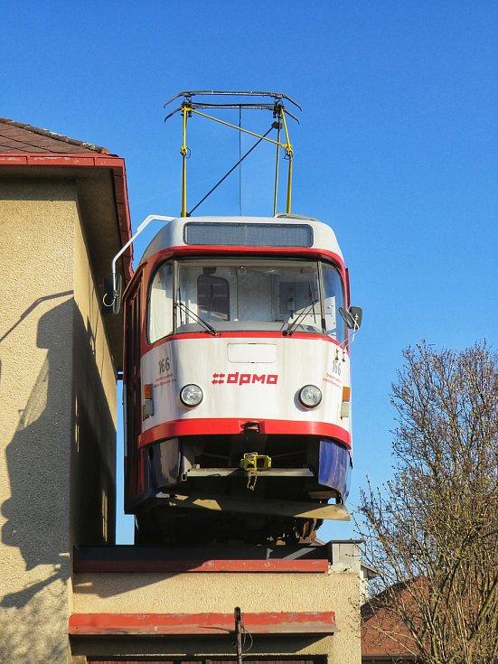 Tramvaj na střeše garáže, v ulici Lidická kolonie v Jihlavě, je umístěna od 26. července 2018.