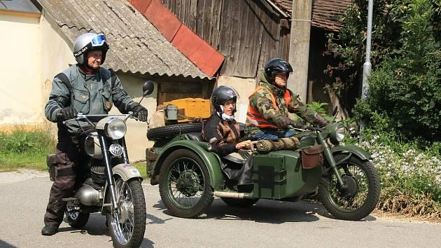 V hospodářském dvoře v Bohuslavicích se zastavila partička na vyjížďce veterány. Hostům tak zpestřili denní program.