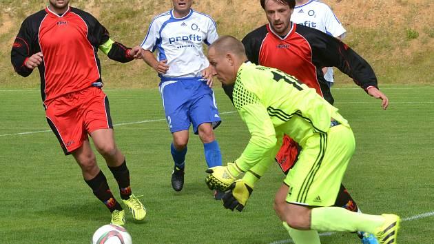 Fotbalisté Kostelce (v červených dresech) překonali heráleckého gólmana Bradáče čtyřikrát, a po jasné výhře 4:0 mohli slavit i dodatečný postup do I. A třídy!